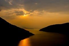 Orange Sonnenuntergang und Sonnenstrahl stockfotografie
