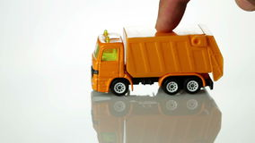 Orange Spielzeugmüllwagen stock footage
