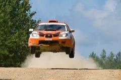 Orange Sportwagen Subaru Impreza springt an der Sammlung Lizenzfreie Stockfotos