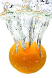Orange Spritzen im Wasser Lizenzfreies Stockfoto