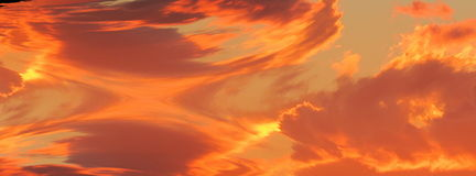 Orange Spritzen von Wolken Stockfotos