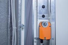 Orange stötdämparutlösare som installeras på den industriella ventilationsenhetskroppen, främre sikt Royaltyfri Fotografi