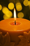 Orange stearinljus, i höstjulinställning Arkivbilder