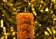Orange stearinljus, i höstjulinställning Arkivfoton