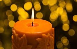 Orange stearinljus, i höstjulinställning Royaltyfria Foton