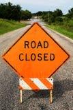 Orange Straße Cloased-Bau-Zeichen, das überschwemmte Straße blockiert Lizenzfreies Stockbild