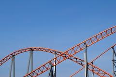 Orange Strahlnbahn auf blauem Himmel Stockbild