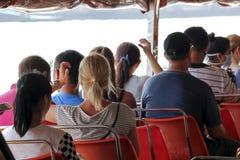 Orange Stuhl auf einem Passagierboot stockbild