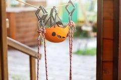 Orange Sturzhelme und Gurtung im Seilpark Erwachsener und Kinderausr?stung f?r das Klettern im Abenteuerseilpark Aktiver Lebensst stockbilder