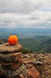 Orange sur la pyramide en pierre sauvage Photographie stock libre de droits