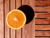 Orange sur la table photo stock