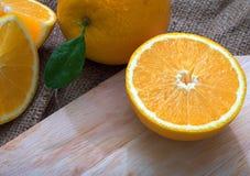 Orange sur le bois photographie stock libre de droits