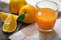 Orange sur le bois images libres de droits