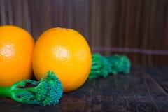 Orange sur le fond en bois de texture avec l'espace pour le texte photo libre de droits