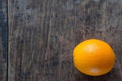 Orange sur le fond en bois de texture avec l'espace pour le texte F organique images libres de droits