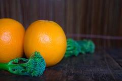 Orange sur le fond en bois de texture avec l'espace pour le texte F organique photographie stock libre de droits