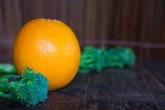 Orange sur le fond en bois de texture avec l'espace pour le texte Fruit organique image libre de droits