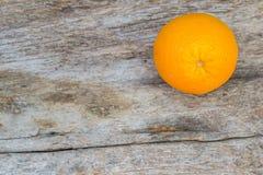 Orange sur le vieux bois Photo libre de droits