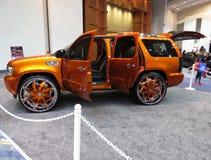 Orange SUV med utsmyckade hjul Arkivfoton