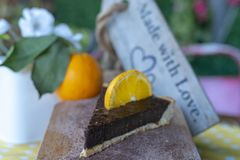 Orange Törtchen der Schokolade mit orange Frucht lizenzfreies stockfoto