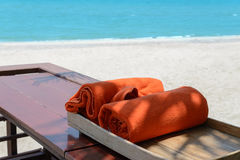 Orange Tücher in der Holzkiste nahe Strand Stockbilder