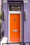 Orange Tür in typischem London-Haus Stockfotos