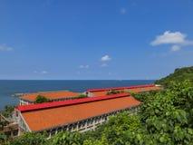 Orange tak, hav och blå himmel på si glåmiga Zih Royaltyfria Foton
