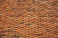 Orange taktegelplattor på en tempel i Asien arkivfoto