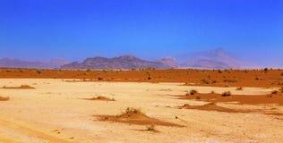 Orange Tal mit gelbem Sand des Mondes Wadi Rum Jordan Stockbilder