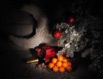 Orange Tangerinen nähern sich Winterbäumen Drei Weihnachtskugeln getrennt auf Weiß Stockfotos