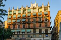 Orange tegelsten- och sandstenbyggnad i solljus i Valencia, Spanien Royaltyfri Bild