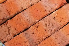Orange tegelstenar för lera för en lantlig byggnad arkivfoto