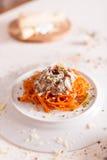 Orange Teigwaren und weiße Soße dienten auf weißer Platte Lizenzfreies Stockfoto