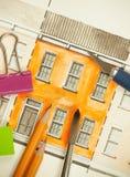 Orange teilte Doppelaufzugfassadenfragment mit Backsteinmauerbeschaffenheit Tilingsschuß mit Bürste, Bleistiften und Schneidwerkz Lizenzfreie Stockfotografie