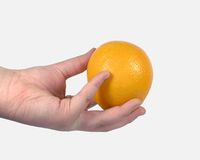 Orange tenue dans la main Photos libres de droits