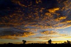Orange textur för moln för soluppgånghimmelshow royaltyfri fotografi