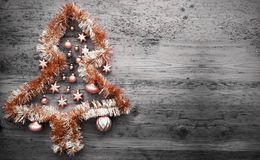 Orange Tinsel Christmas Tree, kopieringsutrymme arkivbilder