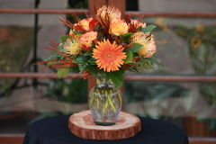 Orange Tone Flower Arrangement Lizenzfreies Stockbild
