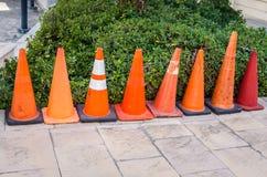 Orange trafikkottar i rad Arkivfoton
