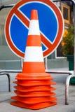 Orange trafikkottar och inget parkeringsvägmärke Royaltyfri Foto