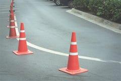 Orange trafikkottar på den krökta vägen Fotografering för Bildbyråer
