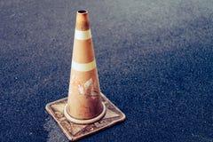 Orange trafikkottar som förläggas på historisk jordning Royaltyfri Fotografi