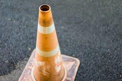Orange trafikkottar som förläggas på historisk jordning Arkivfoton