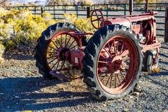 Orange traktor för tappning i otta Fotografering för Bildbyråer
