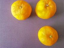 Orange trois sur la table Photos libres de droits
