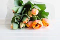 Orange tulpanbukett på tabellen Royaltyfria Bilder
