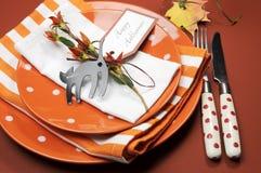 Orange Tupfen Halloweens und Streifenabendessengedeck. Abschluss oben. Stockbilder