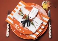Orange Tupfen Halloweens und Streifenabendessengedeck. Vogelperspektive. Stockfoto
