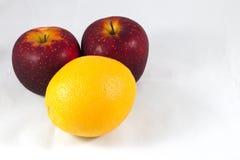 Orange und Äpfel Stockfotografie