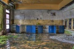 Orange und Blau verlassene Küche Lizenzfreie Stockfotografie